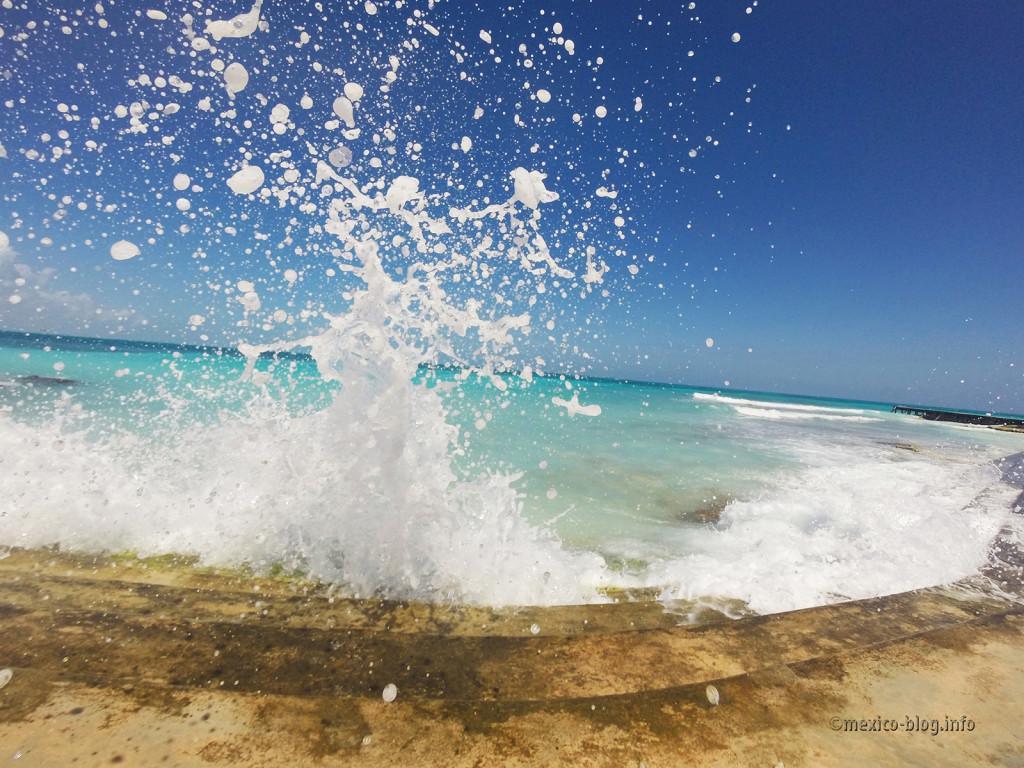 Канкун. Разбивающаяся волна