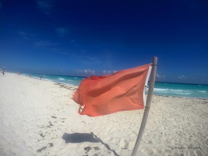 Канкун. Предупреждающий флаг на пляже Чак-Мул